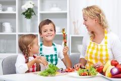 Lyckliga unga ungar som förbereder ett sunt mellanmål Royaltyfri Bild