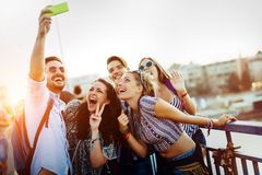 Lyckliga unga v?nner som tar selfie p? gatan fotografering för bildbyråer