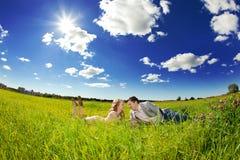 Lyckliga unga vuxna par som är förälskade på fältet Två, man och wom Royaltyfri Foto