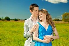 Lyckliga unga vuxna par som är förälskade på fältet Två, man och wom Arkivbild
