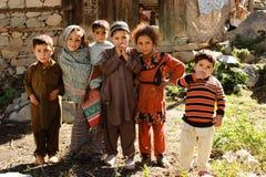 Lyckliga ungar av den härliga byn Arkivbild
