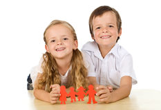 lyckliga ungar för begreppsfamilj Arkivfoton