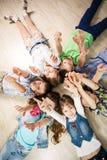 lyckliga ungar för grupp Royaltyfri Foto