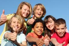 lyckliga ungar för mångfaldgrupp Arkivfoto