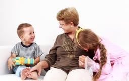 lyckliga ungar för mormor Arkivbilder