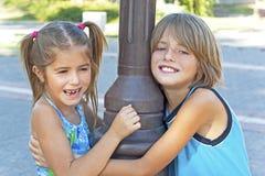 Lyckliga ungar för omfamning royaltyfri fotografi