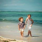 lyckliga ungar för strand som leker två Arkivfoton