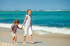 lyckliga ungar för strand som leker två Arkivbild