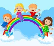 Lyckliga ungar för tecknad film som sitter på regnbågen Royaltyfri Bild