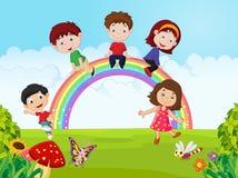 Lyckliga ungar för tecknad film som sitter på regnbågen på djungeln Royaltyfria Bilder