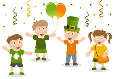 Lyckliga ungar firar dag för St Patrick ` s Arkivbilder