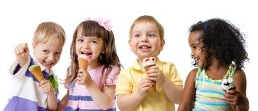 Lyckliga ungar grupperar att äta glass som isoleras på vit royaltyfria bilder
