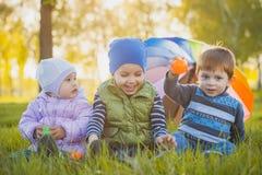 Lyckliga ungar har gyckel i det fria att parkera Arkivbild