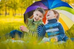 Lyckliga ungar har gyckel i det fria att parkera Royaltyfria Bilder