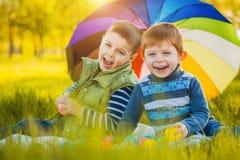 Lyckliga ungar har gyckel i det fria att parkera Royaltyfri Foto