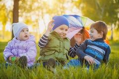 Lyckliga ungar har gyckel i det fria att parkera Royaltyfri Bild