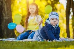 Lyckliga ungar har gyckel i det fria att parkera Royaltyfria Foton