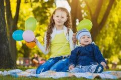 Lyckliga ungar har gyckel i det fria att parkera Royaltyfri Fotografi