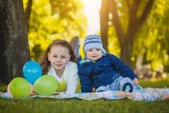 Lyckliga ungar har gyckel i det fria att parkera Arkivfoto
