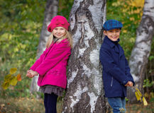 Lyckliga ungar i Autumn Park Arkivfoton