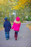 Lyckliga ungar i Autumn Park Royaltyfri Fotografi