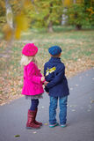Lyckliga ungar i Autumn Park Arkivbild