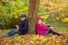Lyckliga ungar i Autumn Park Arkivfoto