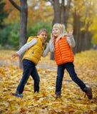 Lyckliga ungar i Autumn Park Royaltyfri Bild