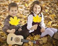 Lyckliga ungar i park Arkivbilder