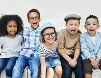Lyckliga ungar i parkera Arkivfoton