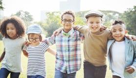 Lyckliga ungar i parkera fotografering för bildbyråer