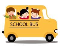 Lyckliga ungar i skolbuss Royaltyfri Bild