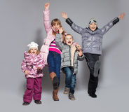 Lyckliga ungar i vinterkläder Arkivbild