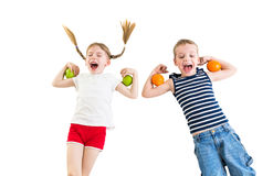 Lyckliga ungar med äpplen och apelsiner Arkivfoton