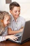 Lyckliga ungar med bärbara datorn Royaltyfri Fotografi