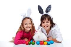 Lyckliga ungar med den easter kaninen Royaltyfri Fotografi