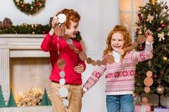 Lyckliga ungar med den festliga girlanden Royaltyfri Foto
