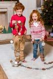 Lyckliga ungar med den festliga girlanden Fotografering för Bildbyråer