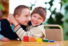 Lyckliga ungar med handikapp i förträning arkivbild