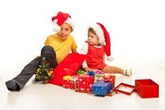 Lyckliga ungar med många julgåvor Arkivfoto
