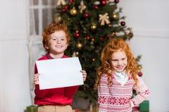 Lyckliga ungar med tomt papper Royaltyfria Foton