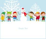 Lyckliga ungar och snögubbe Royaltyfri Fotografi