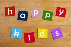 Lyckliga ungar! - ordtecken för skolbarn. Royaltyfria Foton
