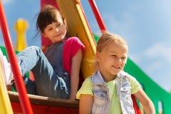 Lyckliga ungar på barnlekplats royaltyfri foto