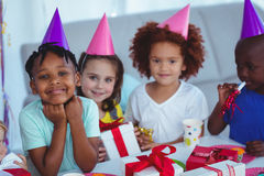 Lyckliga ungar på ett födelsedagparti arkivbild
