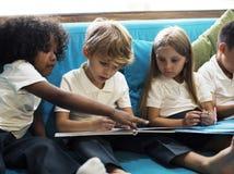 Lyckliga ungar på grundskolan Arkivbilder
