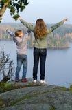 Lyckliga ungar på kullen Arkivfoto