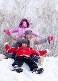 Lyckliga ungar på snow Arkivfoto