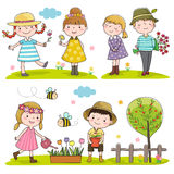 Lyckliga ungar som är utomhus- i vårsäsong Arkivfoton