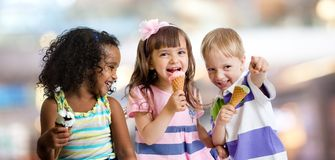 Lyckliga ungar som äter glass på ett parti i kafé royaltyfria foton
